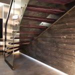 konstrukcja schodów oparta na szybie
