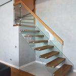 schody samonośne półkowe na policzku i beton po łuku